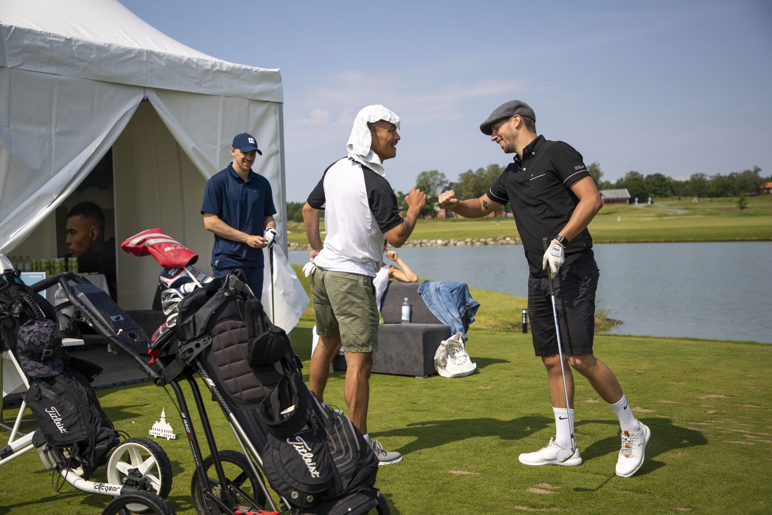 Stark Relation golftävling deltagare diskuterar slaget